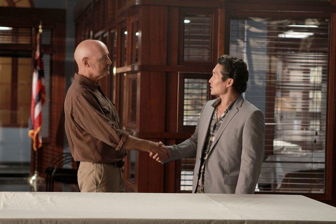 Mit Commander Joe Whites (Terry O'Quinn, l.) Hilfe, wollen Danny und Chin (Daniel Dae Kim, r.) Steves Unschuld beweisen. Doch wird es ihnen gelingen? - Bildquelle: TM &   CBS Studios Inc. All Rights Reserved.