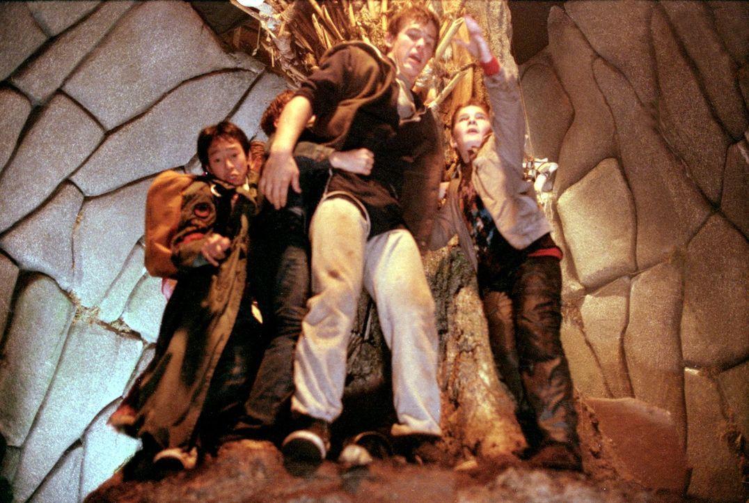 Endlich haben die Goonies den Eingang zum Schatztunnel gefunden. Doch nun beginnt ein Abenteuer mit tödlichen Hindernissen: Felsbrocken sausen herab... - Bildquelle: Warner Bros.