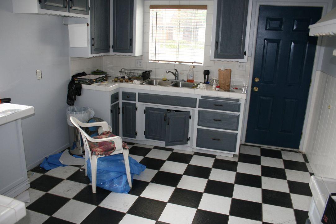Sieht das Makler-Paar in dieser Küche Potential oder kommt hier Tareks geliebter Vorschlaghammer zum Einsatz? - Bildquelle: 2016,HGTV/Scripps Networks, LLC. All Rights Reserved