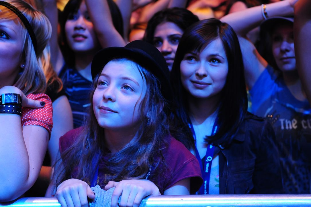 """Besuchen das Konzert von """"Berlin Mitte"""": Luzy (Amber Bongard, l.) und Lila (Anna Fischer, r.). Will Lila  tatsächlich nichts mehr mit Chriz zu tun h... - Bildquelle: Disney"""