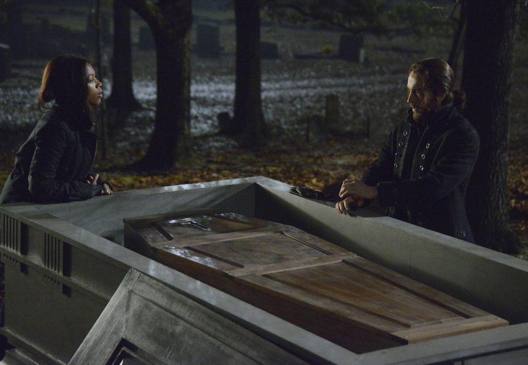 Nehmen gemeinsam den Kampf gegen die dunklen Mächte in Sleepy Hollow auf: Ichabod Crane (Tom Mison, r.) und Lt. Abbie Mills (Nicole Beharie, l.) ... - Bildquelle: 2014 Twentieth Century Fox Film Corporation. All rights reserved.