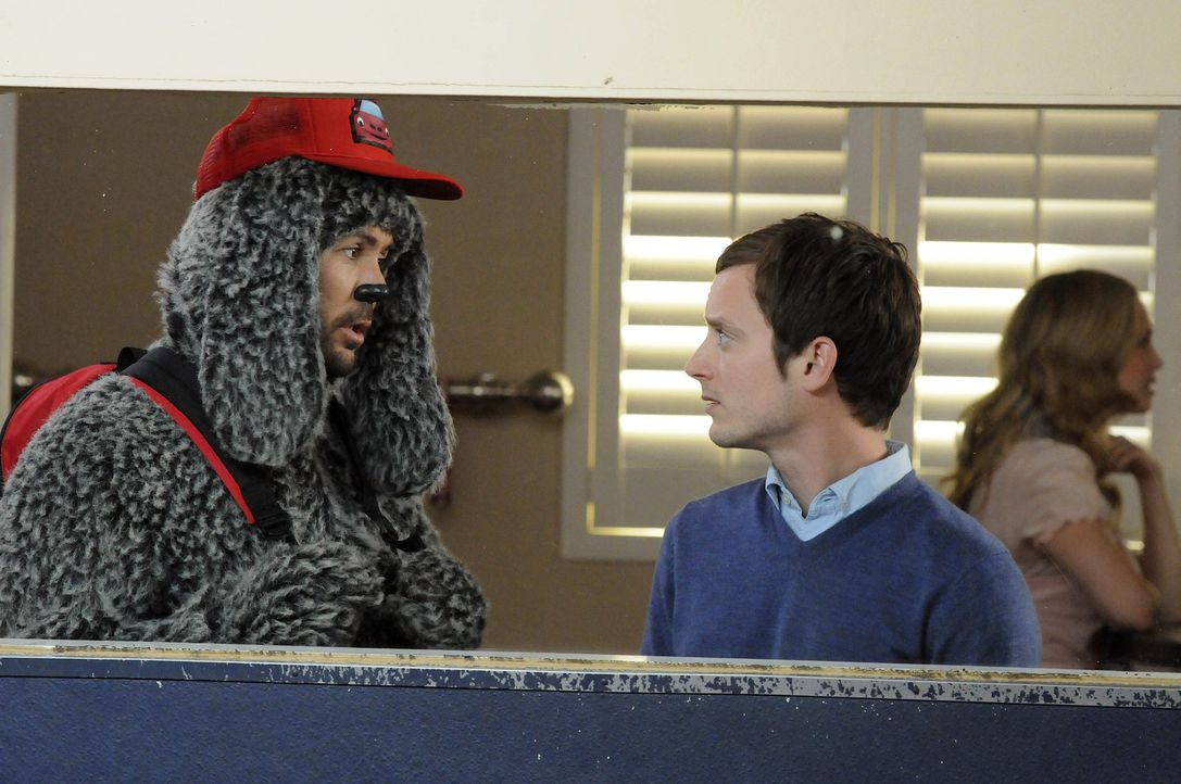 Ein paar Tage soll Wilfred (Jason Gann,l.) in einem Kindergarten für Hunde verbringen. Ryan (Elijah Wood, r.) ahnt bereits, dass das Ärger mit sic... - Bildquelle: 2011 FX Networks, LLC. All rights reserved.