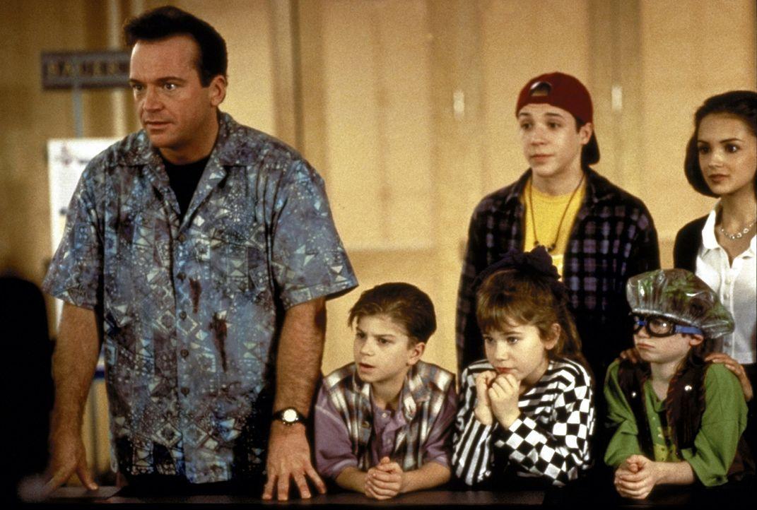Der fantasievolle Geiselnehmer Franklin (Tom Arnold, l.) hat die Kinder schon bald auf seiner Seite ... - Bildquelle: Warner Bros.
