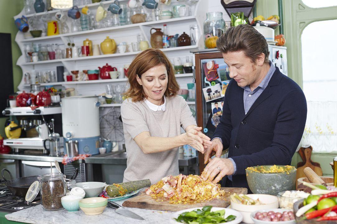 Die talentierte Schauspielerin Anna Friel kocht an der Seite von Jamie und J... - Bildquelle: Steve Ryan 2015 Jamie Oliver Enterprises Limited/Steve Ryan