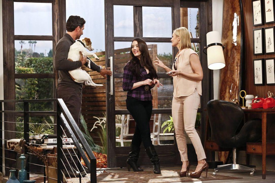 Randy (Ed Quinn, l.) lädt Max (Kat Dennings, M.) und Caroline (Beth Behrs, r.) in sein Haus ein, damit sie dort auf seinen Hund Bruno aufpassen könn... - Bildquelle: 2016 Warner Brothers