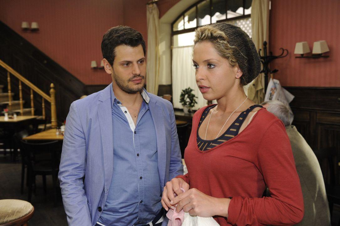 Luca (Manuel Cortez, l.) hat eine ungewöhnliche Bitte an Nina (Maria Wedig, r.) ... - Bildquelle: SAT.1