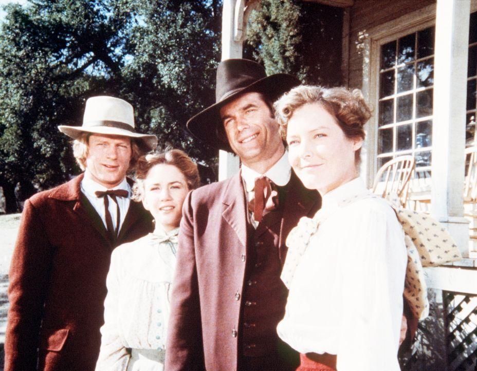 Almanzo Wilder (Dean Butler, l.) und John Carter (Stan Ivar, 2.v.r.) verabschieden sich von ihren Frauen Laura (Melissa Gilbert, 2.v.l.) und Sarah (... - Bildquelle: Worldvision
