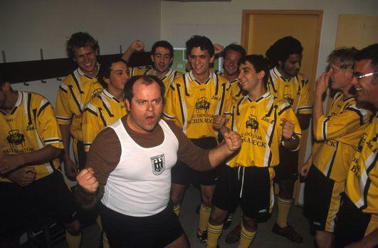 Markus (Markus Majowski, M.) feuert seine Fußballmannschaft ordentlich an, um...