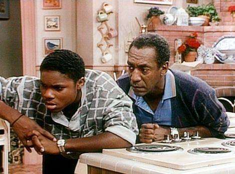 Bill Cosby Show - Cliff (Bill Cosby, r.) ist über Theos (Malcolm-Jamal Warner...