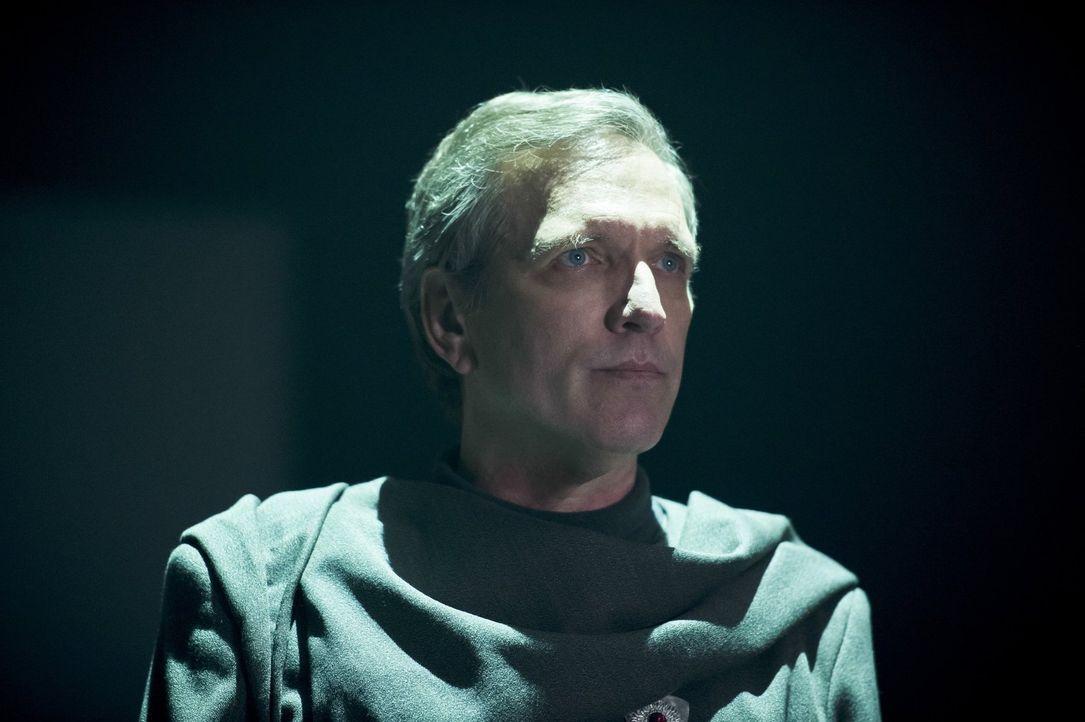 Zaman Druce (Martin Donovan) eröffnet Rip die eigentlichen Pläne der Time Master, um die angebliche düstere Zukunft abzuwenden und zeigt ihm, wie se... - Bildquelle: 2015 Warner Bros.