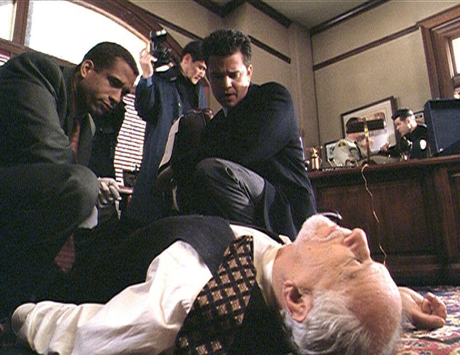 Morris (Dorian Gregory, l.) und Trudeau (T.W. King, r.) sind entsetzt über die Brutalität, mit der Richter Renault (Jack Donner) hingerichtet wurd... - Bildquelle: Paramount Pictures