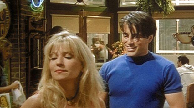 Joey (Matt LeBlanc, r.) trifft seine Ex-Freundin Angela (Kim Gillingham, l.)...