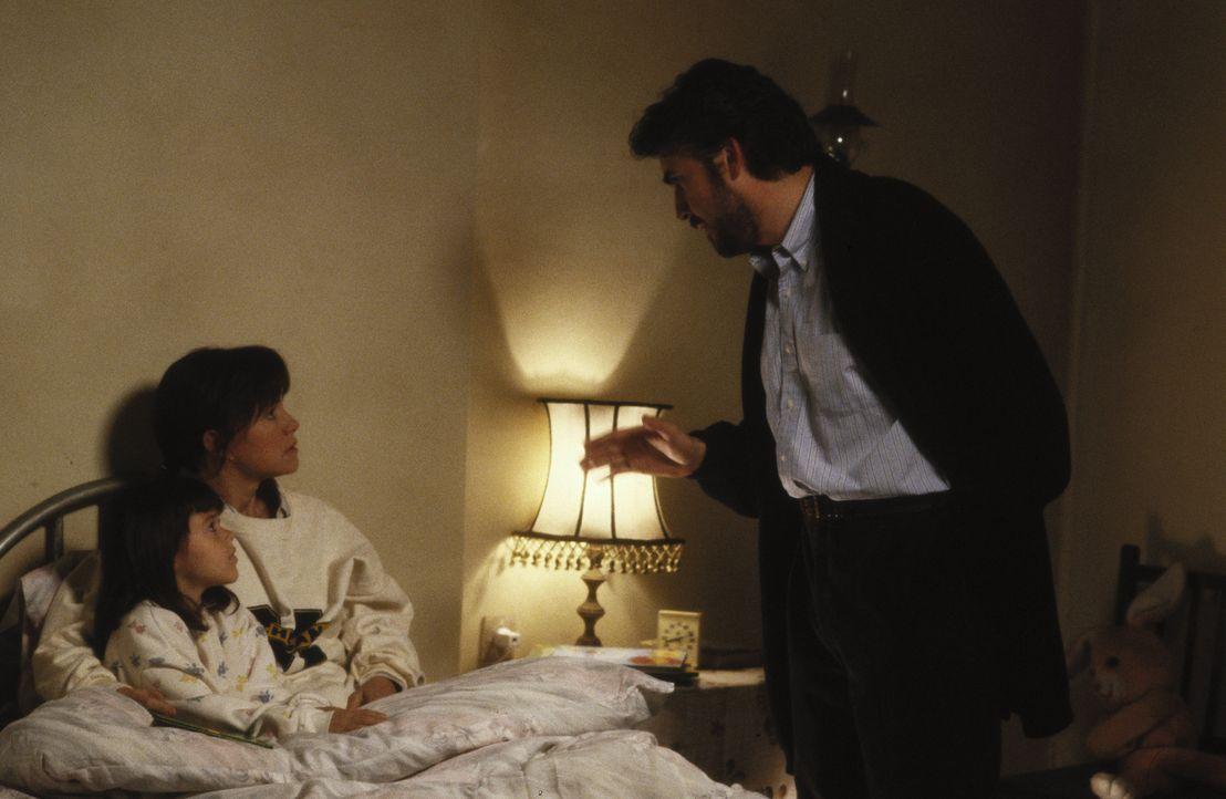 Moody (Alfred Molina, r.) verkündet seiner Frau Betty (Sally Field, M.) und seiner Tochter Mahtob (Sheila Rosenthal, l.), dass die Familie fortan i... - Bildquelle: 1991 METRO-GOLDWYN-MAYER STUDIOS INC. All Rights Reserved.