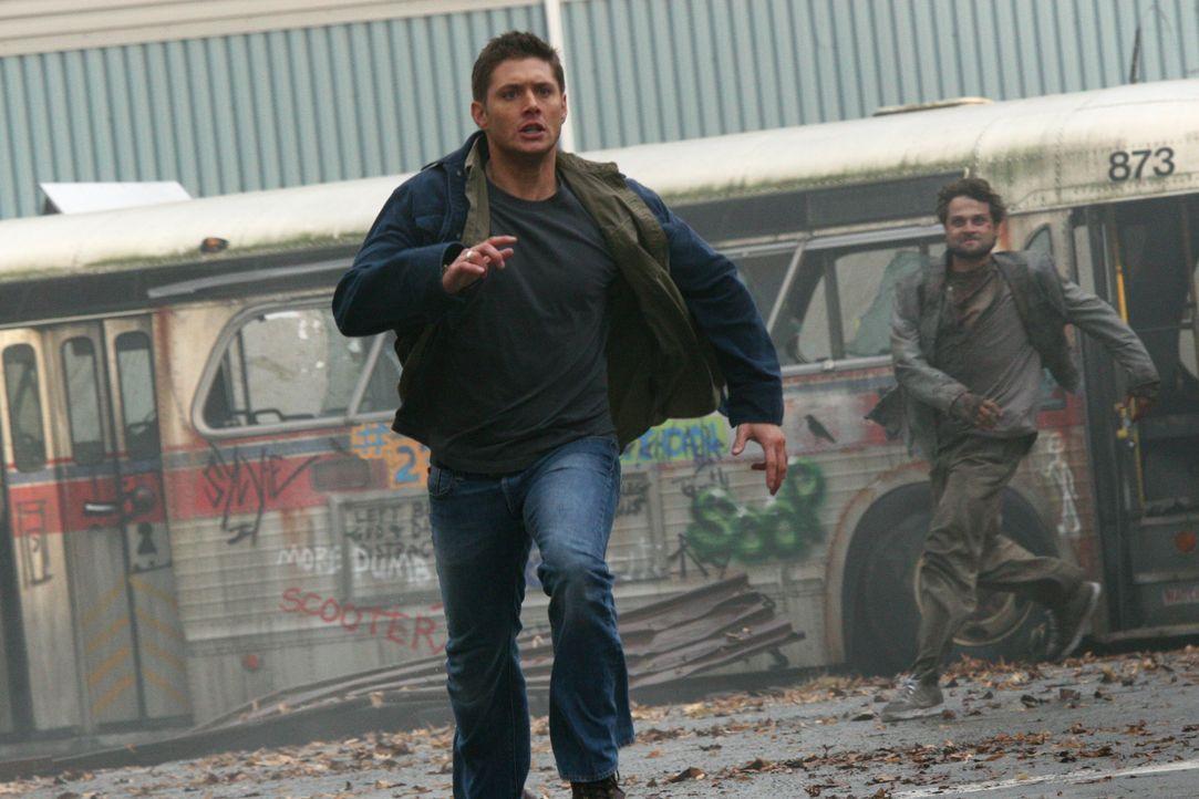 Dean (Jensen Ackles, vorne) wacht plötzlich in einer verlassenen Stadt in der Zukunft auf, wo er von Menschen angegriffen wird, welche von einem däm... - Bildquelle: Warner Bros. Television