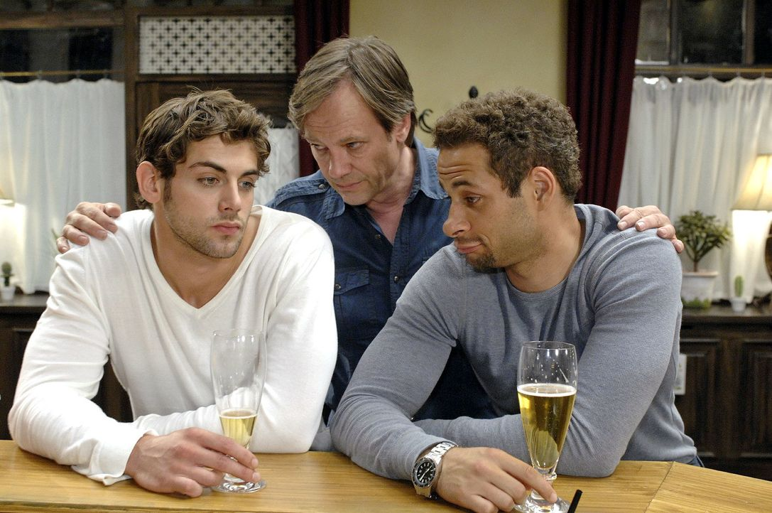 Jonas (Roy Peter Link, l.) ist über Katja verärgert. Während er mit Jannick (Mike Adler, r.) über seine Probleme spricht, kommt Armin (Rainer Will,... - Bildquelle: Oliver Ziebe Sat.1