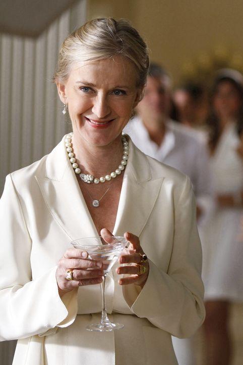 """Lilys Mutter Cece (Caroline Lagerfelt) ist hocherfreut über die illustren Gäste, die zu ihrer """"White Party"""" auf die Hamptons gekommen sind. Sie witt... - Bildquelle: Warner Brothers"""