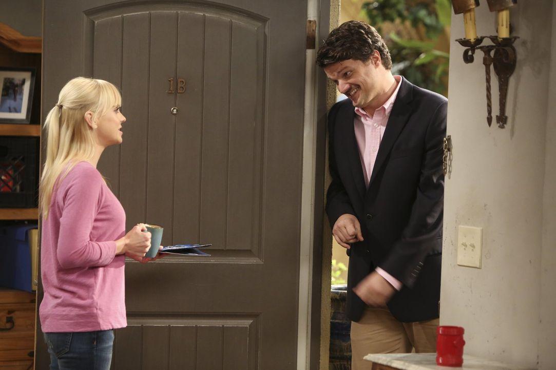 Christy (Anna Faris, l.) hat der neuen Beziehung von Baxter (Matt Jones, r.) und Candace gegenüber kein gutes Gefühl ... - Bildquelle: Warner Bros. Television