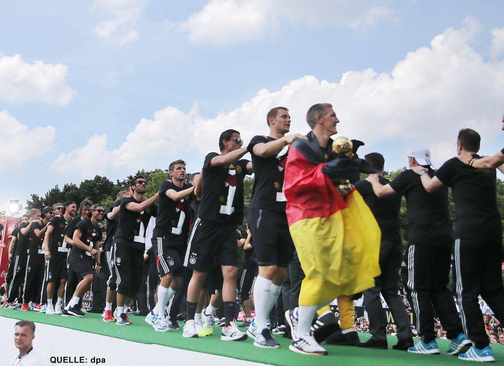 WM-ankunft-nationalmannschaft-berlin-16-140715-dpa - Bildquelle: dpa