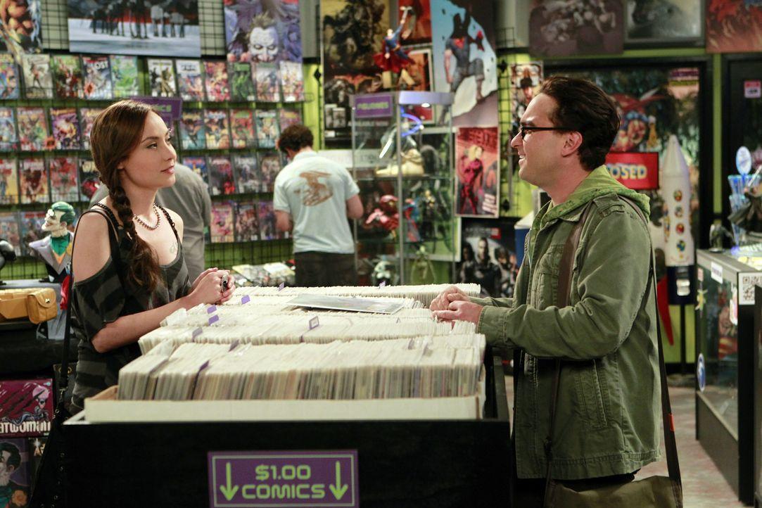 Die süße Comic-Buch Künstlerin Alice (Courtney Ford, l.) stellt die Beziehung von Leonard (Johnny Galecki, r.) und Priya auf die Probe, während... - Bildquelle: Warner Bros. Television