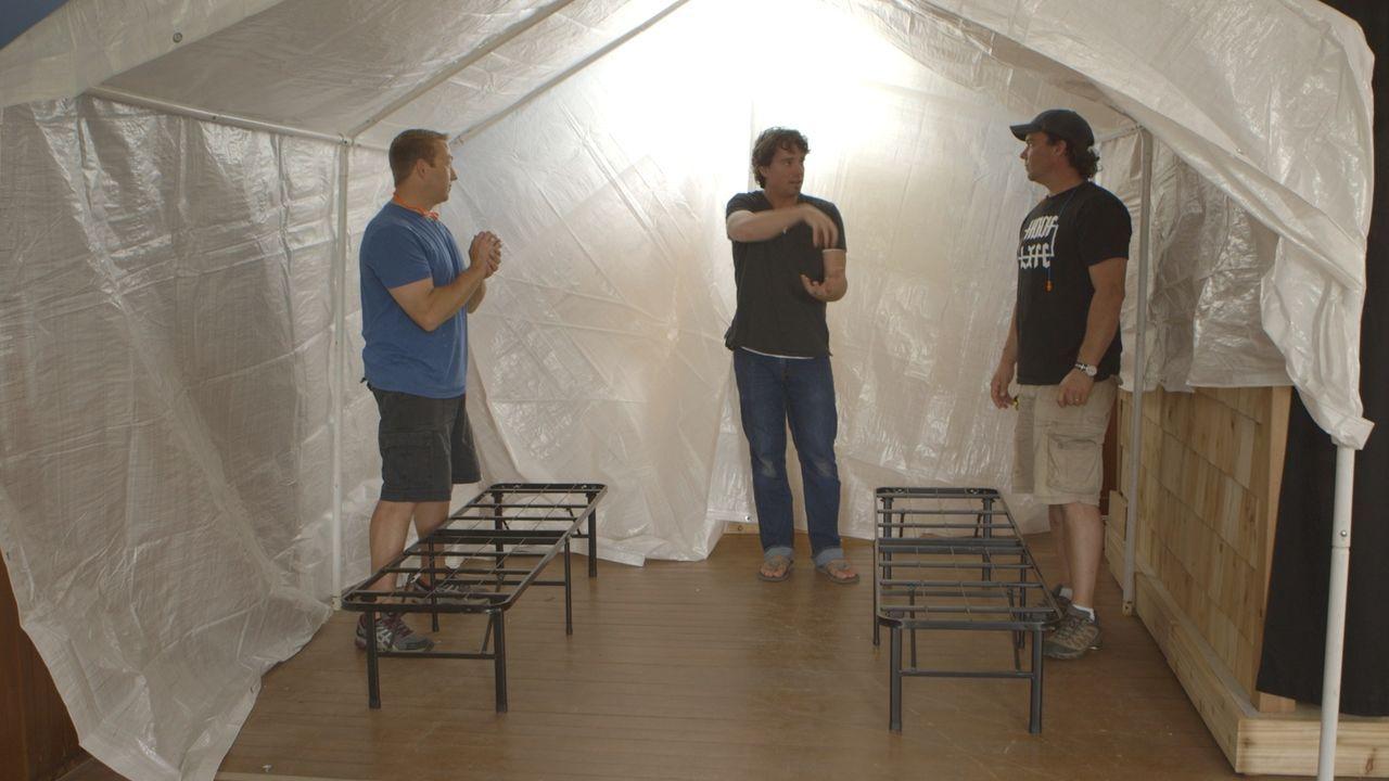 Ganz auf Erholung ausgelegt, soll ein Indoor-Zelt dafür sorgen, dass sich Kevin (r.) und Andrew (M.) nach einer ausgelassenen Party gemütlich auskat... - Bildquelle: Brojects Ontario LTD 2017