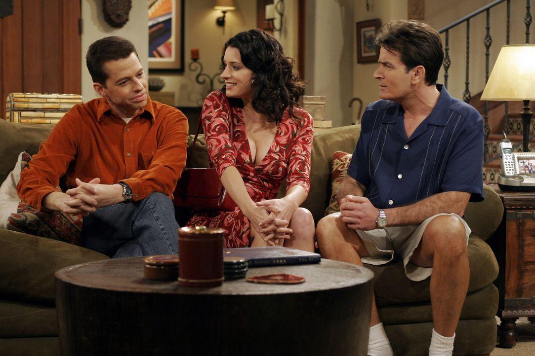 Jamie (Paget Brewster, M.), die beruflich in der Stadt ist, besucht Alan (Jon Cryer, l.) und Charlie (Charlie Sheen, r.), um eine alte Rechnung zu b... - Bildquelle: Warner Bros. Television