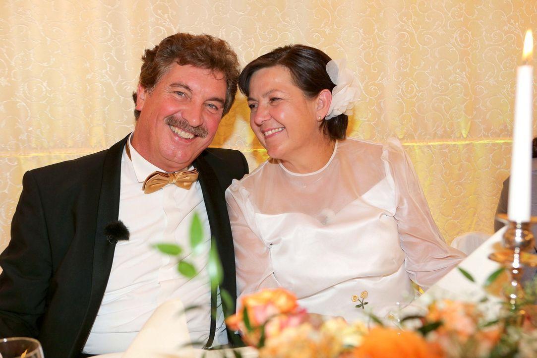 Genau wie früher: Kann Norbert (l.) seiner Frau Eva (r.) wirklich eine Hochzeit bieten, wie sie sie bereits vor Jahren erlebt haben? - Bildquelle: SAT.1