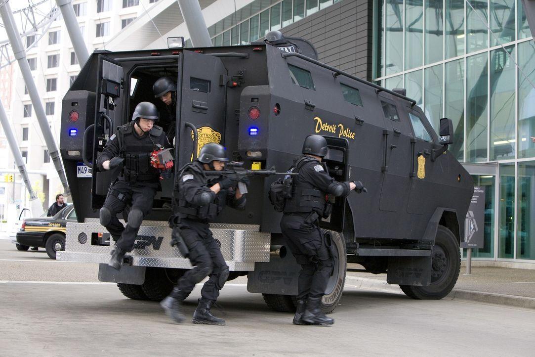 Während einer Übung wird das S.W.A.T.-Team aus Detroit zu einer Geiselnahme gerufen. Als der Einsatz schief geht, zieht sich Paul Cutler den Unmut d... - Bildquelle: 2011 Stage 6 Films, Inc. All Rights Reserved.