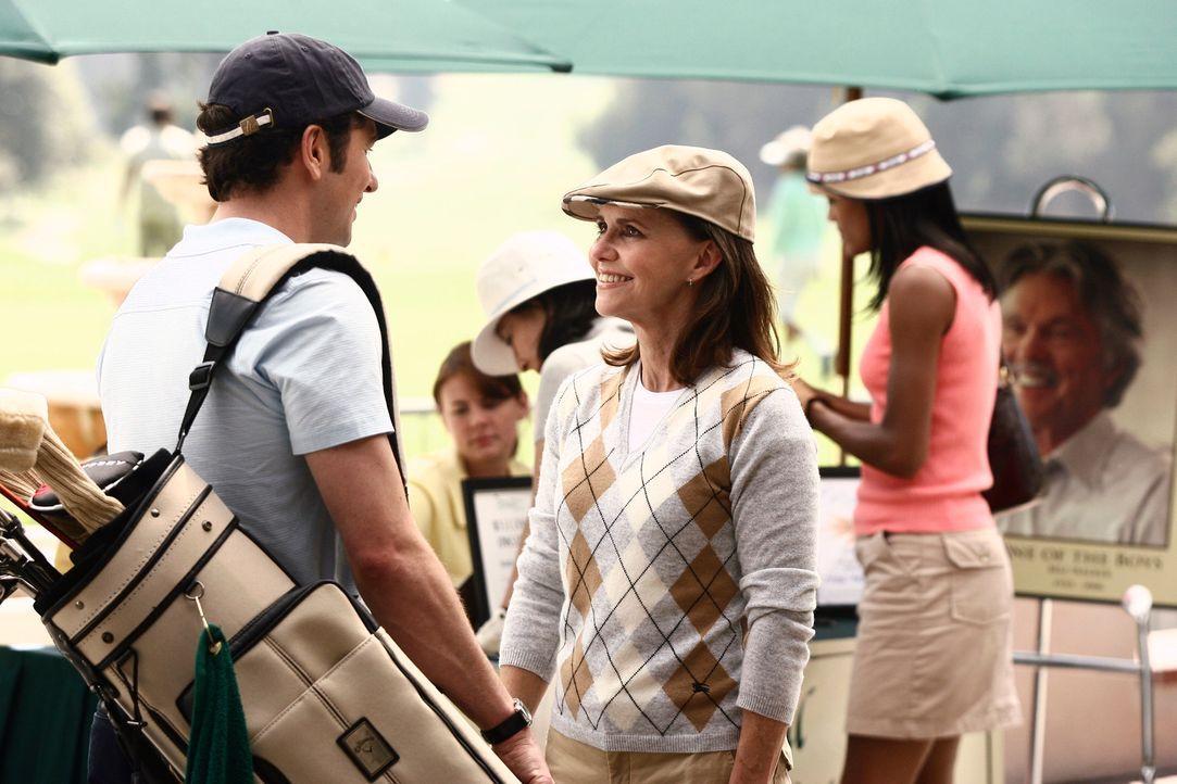 Spielen eine Partie Golf: Nora (Sally Field, 2.v.l.) und Kevin (Matthew Rhys, l.) .... - Bildquelle: Disney - ABC International Television