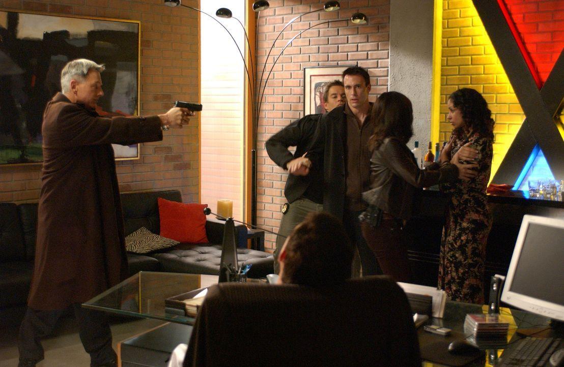 Gibbs (Mark Harmon, l.), Tony (Michael Weatherly, 2.vl.) und Kate (Sasha Alexander, 2.v.r.) sind sich sicher, dass Blue McGinty (Mark Griffen, M.) u... - Bildquelle: CBS Television