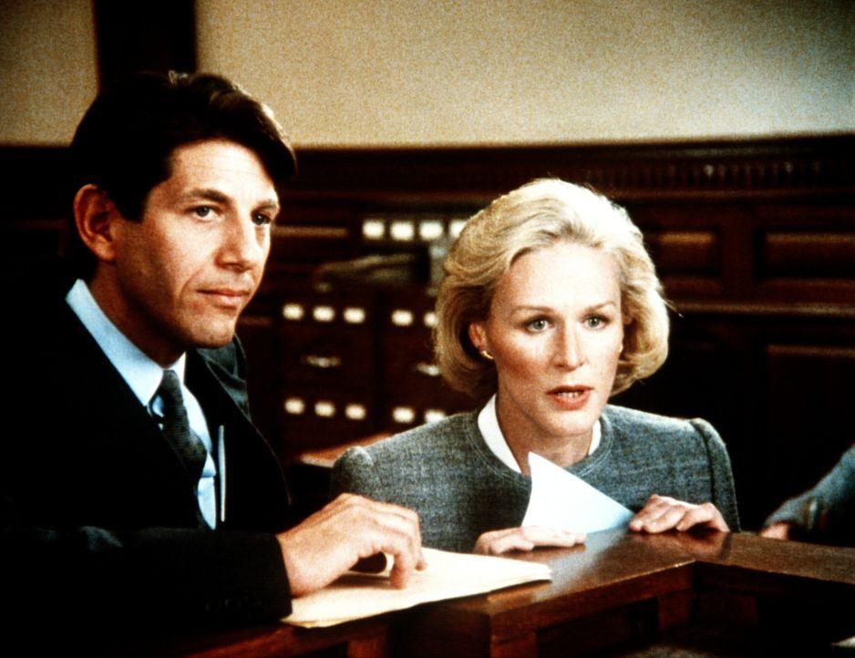 Staatsanwalt Krasny (Peter Coyote, l.) und Verteidigerin Barnes (Glenn Close, r.) kämpfen nicht nur im Gerichtssaal gegeneinander... - Bildquelle: Columbia Pictures
