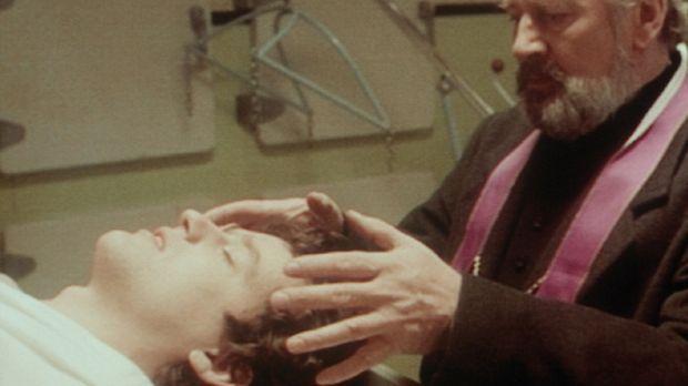 Pater Jonascu (Len Cariou, r.) erweckt seinen Adlatus, Pater Royce (Justin Lo...