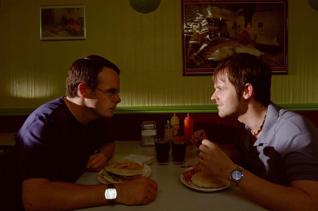 Ray Santilli (Declan Donnelly, r.) hat eine zündende Idee, wie er sich und seinem Freund Gary Shoefield (Ant McPartlin, l.) aus der Patsche helfen k... - Bildquelle: Warner Brothers International