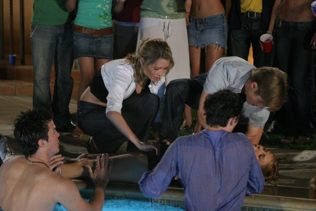 Während Marissa (Mischa Barton, 2.v.l.), Ryan (Benjamin McKenzie, r.) und Seth (Adam Brody, 2.v.r.) versuchen Jess (Nikki Griffin, liegend) das Leb... - Bildquelle: Warner Bros. Television