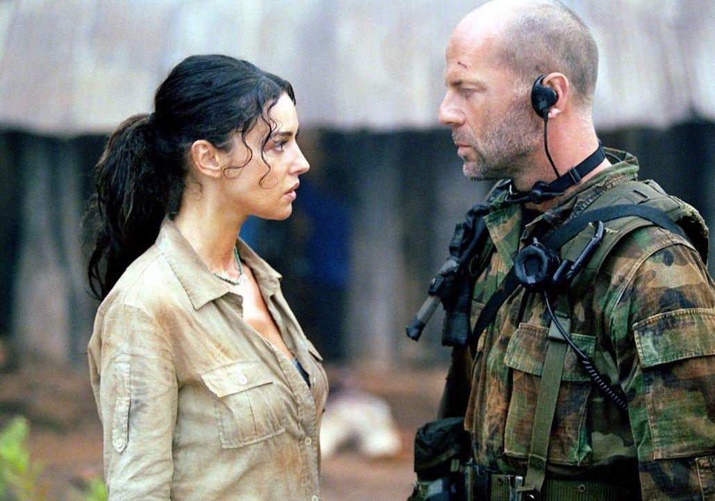 Als sich die Ärztin Dr. Lena Kendricks (Monica Bellucci, l.) weigert, sich aus dem Krisengebiet evakuieren zu lassen, wenn die von ihr versorgten F... - Bildquelle: 2004 Sony Pictures Television International. All Rights Reserved.