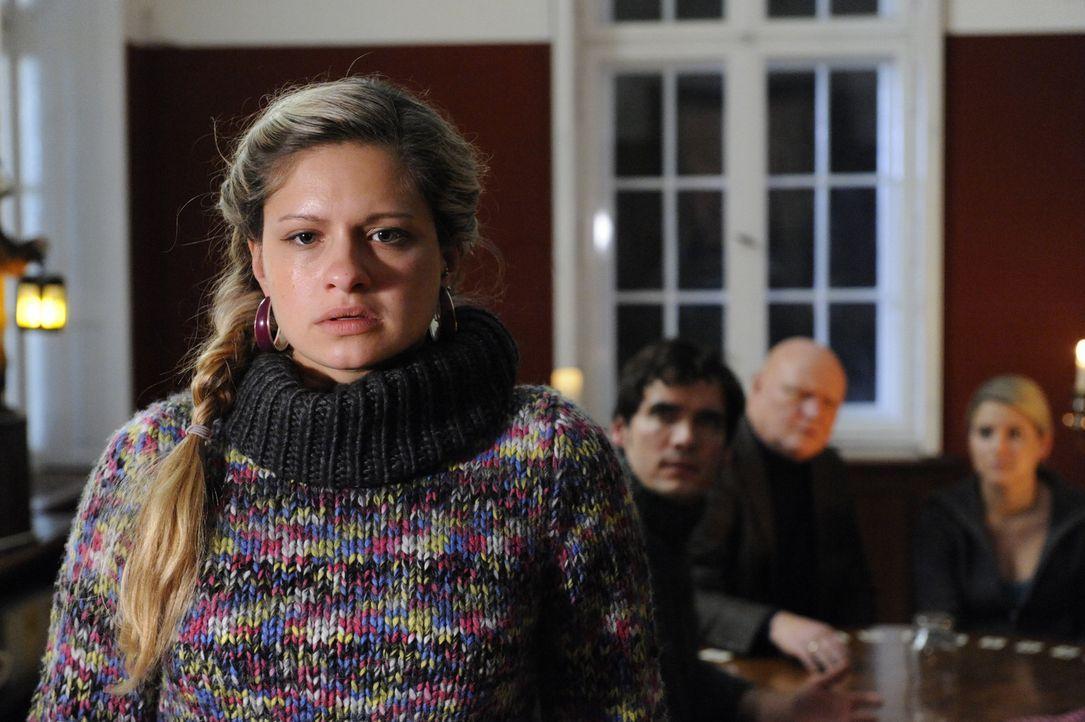Mia (Josephine Schmidt, l.) ist völlig fertig, als sie Zeugin eines an übersinnlichen Phänomens wird. Alexander (Paul Grasshoff, 2.v.l.), Kimmo K... - Bildquelle: SAT.1