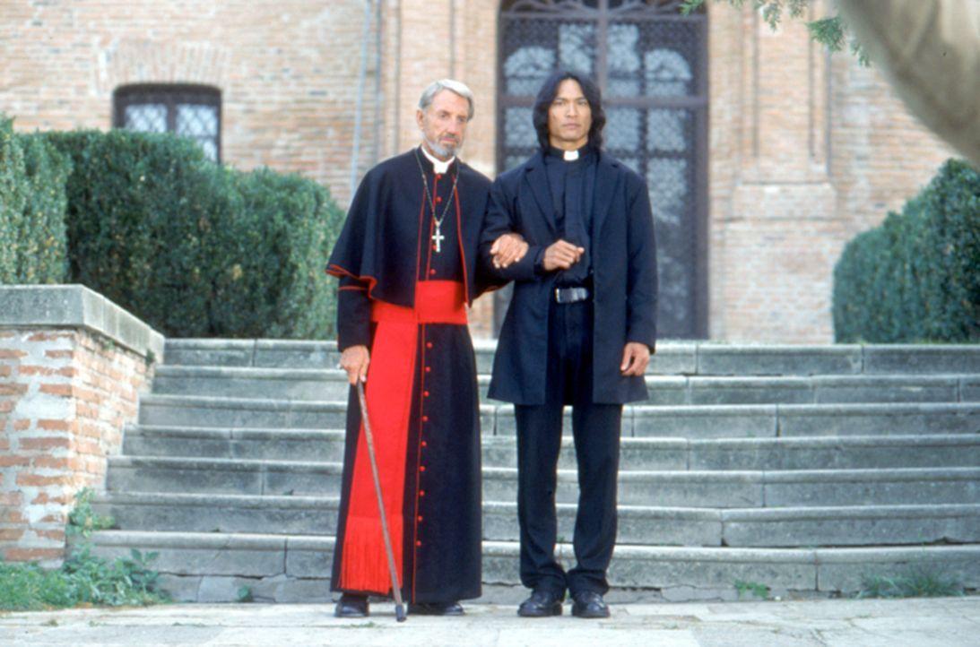 Zusammen mit dem alten Priester (David Gant, l.) versucht der Vampirjäger Pater Uffizi (Jason scott Lee, r.) zu verhindern, dass Dracula erneut sei... - Bildquelle: Neo Art & Logic