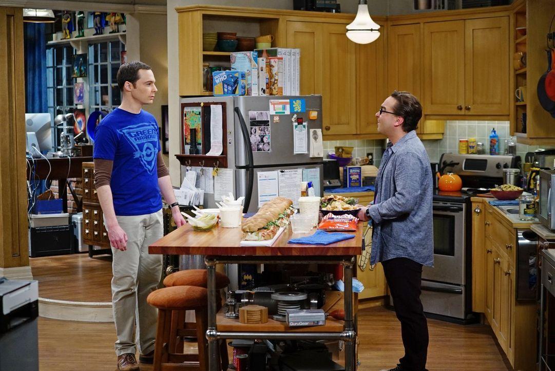 Sheldon (Jim Parsons, l.) nimmt es Leonard (Johnny Galecki, r.) übel, dass dieser nicht mehr zu den von Sheldon angesetzten Mitbewohner-Treffen komm... - Bildquelle: 2016 Warner Brothers