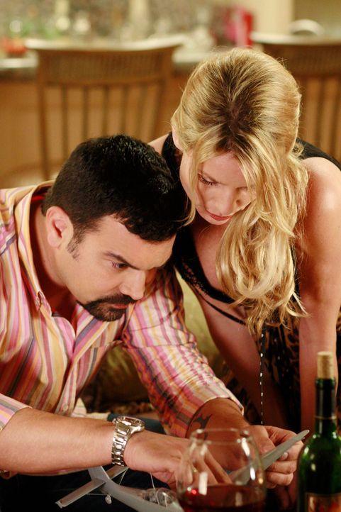 Edie (Nicolette Sheridan, r.) setzt ihre Reize ein um Carlos (Ricardo Antonio Chavira, l.) zu verführen. Doch will Carlos das auch? - Bildquelle: 2005 Touchstone Television  All Rights Reserved