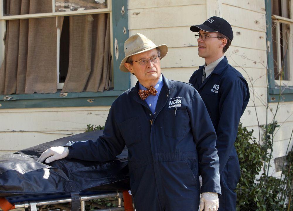 Versuchen, ein Verbrechen aufzudecken: Ducky (David McCallum, l.) und Jimmy (Brian Dietzen, r.) ... - Bildquelle: CBS Television