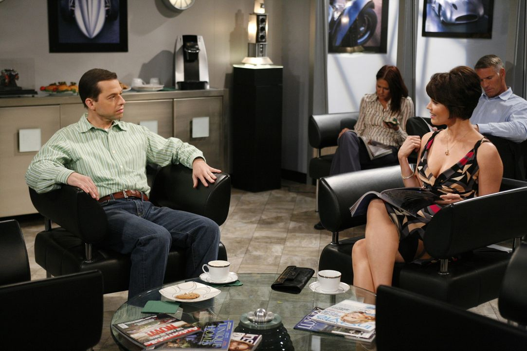 Alan (Jon Cryer, l.) bringt Charlies Auto zur Inspektion und lernt dabei Diane (Bellamy Young, r.) kennen. Er vergnügt sich mit ihr im Haus seiner... - Bildquelle: Warner Brothers Entertainment Inc.