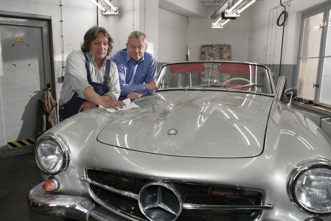 Beim Entrümpeln der Garage machen Bernd (Volker Herold, l.) und Friedrich (Wilhelm Manske, r.) einen ebenso unerwarteten wie erfreulichen Fund: Eine... - Bildquelle: Noreen Flynn Sat.1