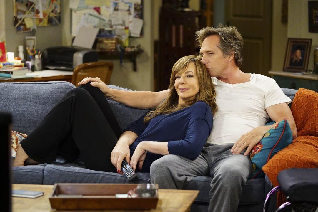 Beeinflusst die Beziehung zwischen Christy und Patrick auch die Liebe von Bonnie (Allison Janney, l.) und Adam (William Fichtner, r.)? - Bildquelle: 2017 Warner Bros.