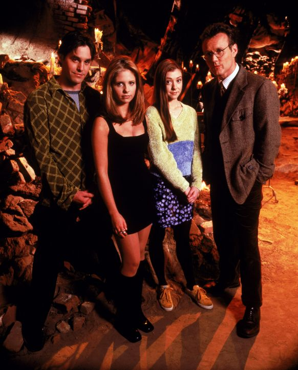 (1. Staffel) - Sagen dem Bösen den Kampf an (v.l.n.r.): Xander (Nicholas Brendon), Buffy (Sarah Michelle Gellar), Willow (Alyson Hannigan) und Mr. G... - Bildquelle: (1997) Twentieth Century Fox Film Corporation.