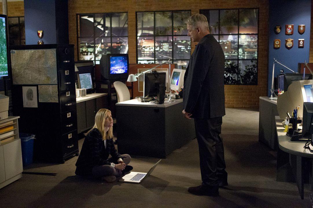 Während das Team um Gibbs (Mark Harmon, r.) einen neuen Fall zu lösen versucht, macht sich Eleonor (Emily Wickersham, l.) Gedanken über ihr Zeugnis... - Bildquelle: 2014 CBS Broadcasting, Inc. All Rights Reserved