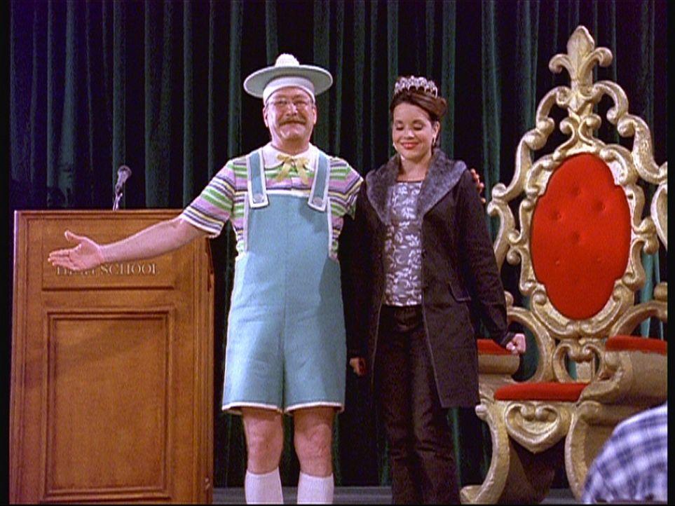 """Libby (Jenna Leigh Green, r.) ist erneut zur """"Heimgekehrten Königin"""" gewählt worden. Mr. Kraft (Martin Mull, l.) gratuliert ihr. - Bildquelle: Paramount Pictures"""