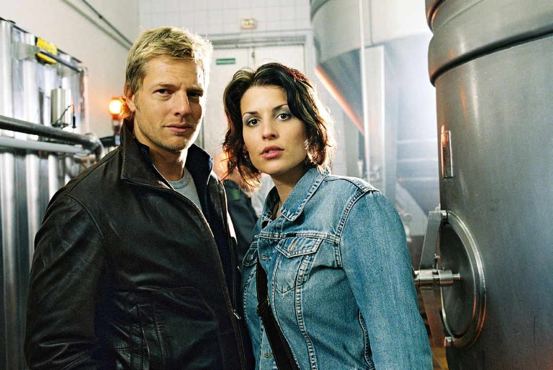Leo (Henning Baum, l.) und Nina (Elena Uhlig, r.) sind nicht ganz davon überzeugt, dass es sich bei dem Toten im Biertank um das Opfer eines Unfall... - Bildquelle: Christian A. Rieger Sat.1