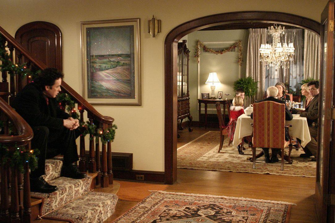 Der Mafiaanwalt Charlie Arglist (John Cusack, l.) hasst seine Familie und noch mehr hasst er Weihnachten mit seiner Familie. Kurzerhand macht er sic... - Bildquelle: 2005 Focus Features LLC. All Rights Reserved.