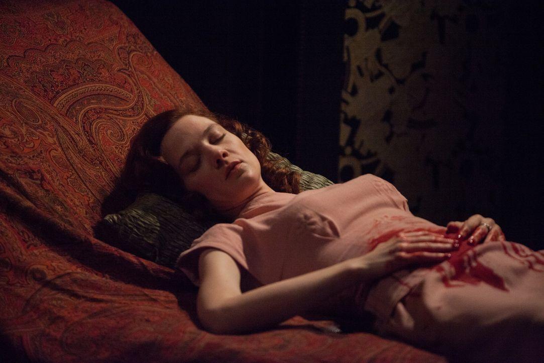 Diane Danville (Odile Vuillemin) wird während der Ermittlungen tot aufgefunden. Warum musste die Psychiaterin des ersten Opfers sterben? - Bildquelle: Jaïr Sfez 2012 BEAUBOURG AUDIOVISUEL