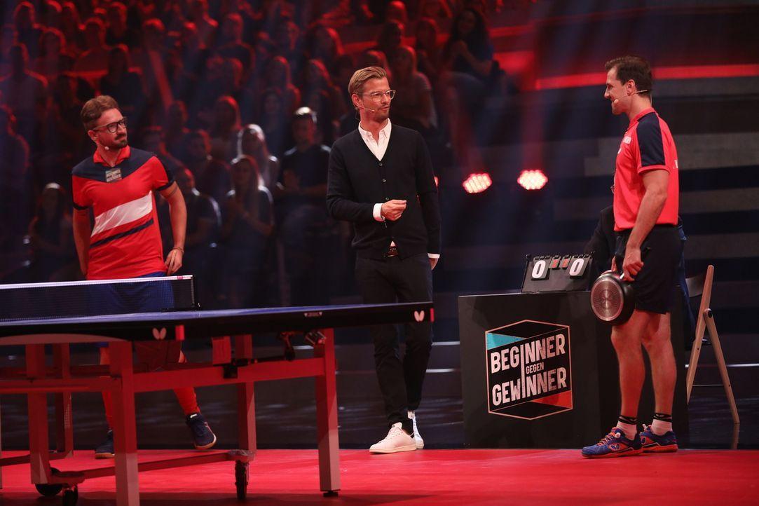 Joko (M.) lässt David gegen Goliath antreten. Wie wird sich der Hobbysportler Björn (l.) im Wettkampf gegen den Tischtennis-Europameister Timo Boll... - Bildquelle: Jens Hartmann ProSieben
