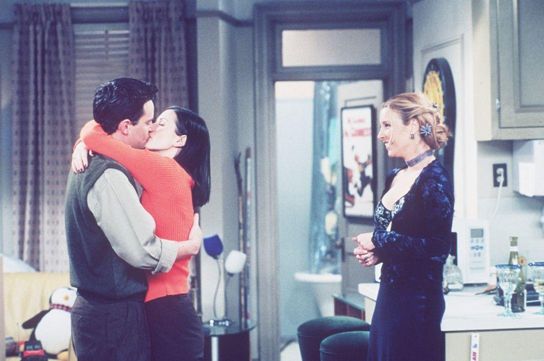 Phoebe (Lisa Kudrow, r.) traut ihren Augen nicht: Monica (Courteney Cox, M.) und Chandler (Matthew Perry, l.) küssen sich. - Bildquelle: TM+  2000 WARNER BROS.